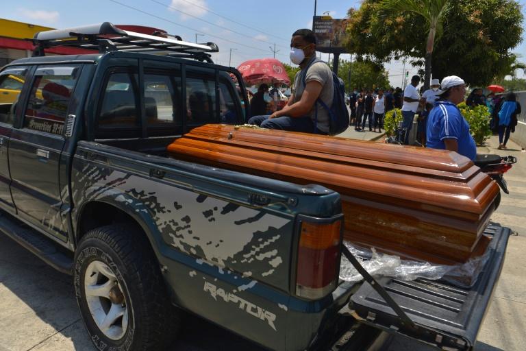 O parente de um dos 119 condenados mortos em um surto de violência de gangues em uma prisão, espera o corpo de sua amada, em frente ao necrotério em Guayaquil, Equador, em 3 de outubro de 2021