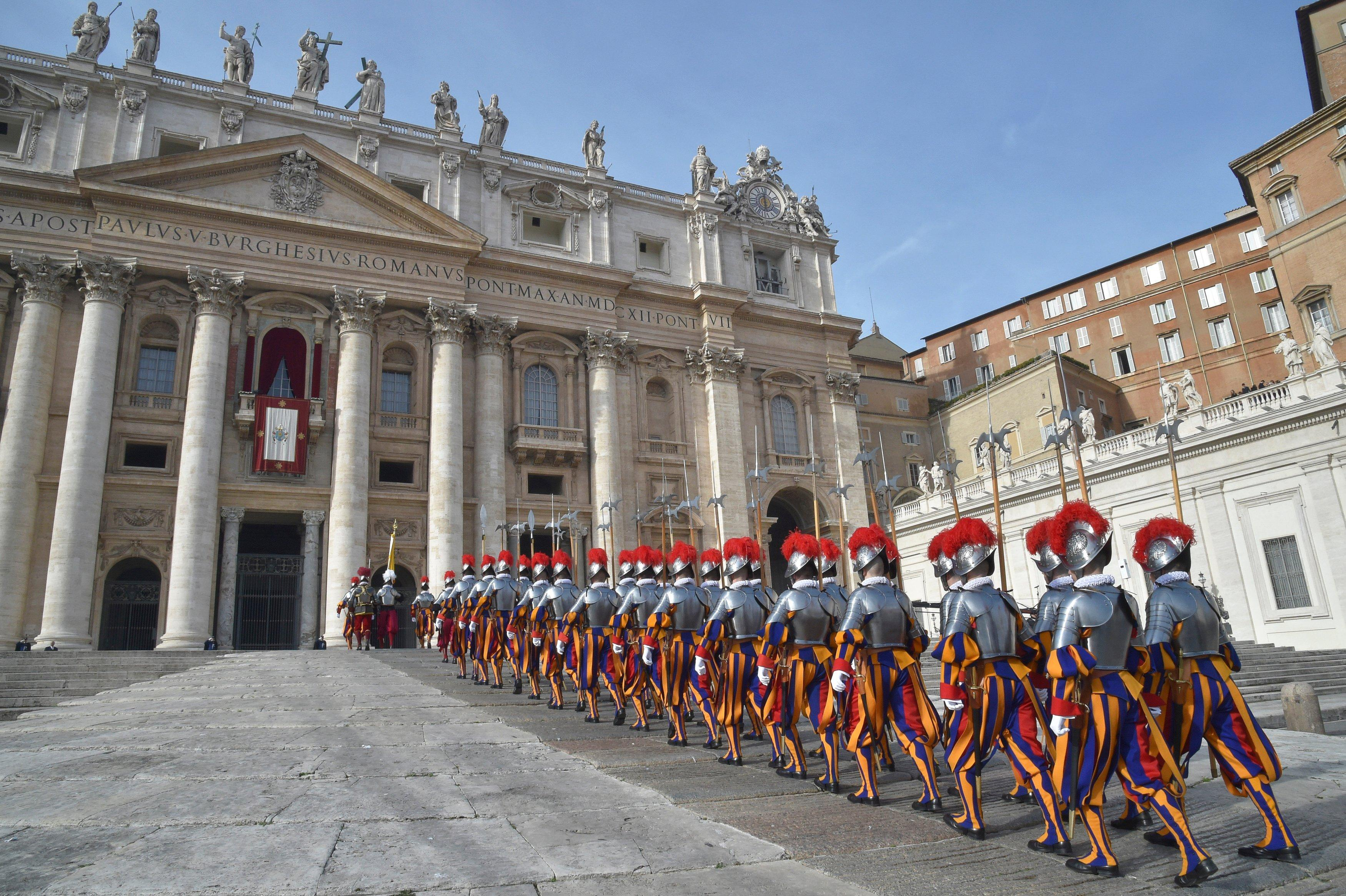 Guarda Suíça tem proximidade física com o papa e com as pessoas que entram e saem do Vaticano