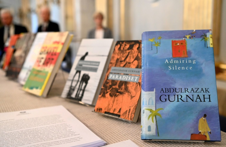 Livros do escritor tanzaniano Abdulrazak Gurnah exibidos na Academia Sueca em Estocolmo