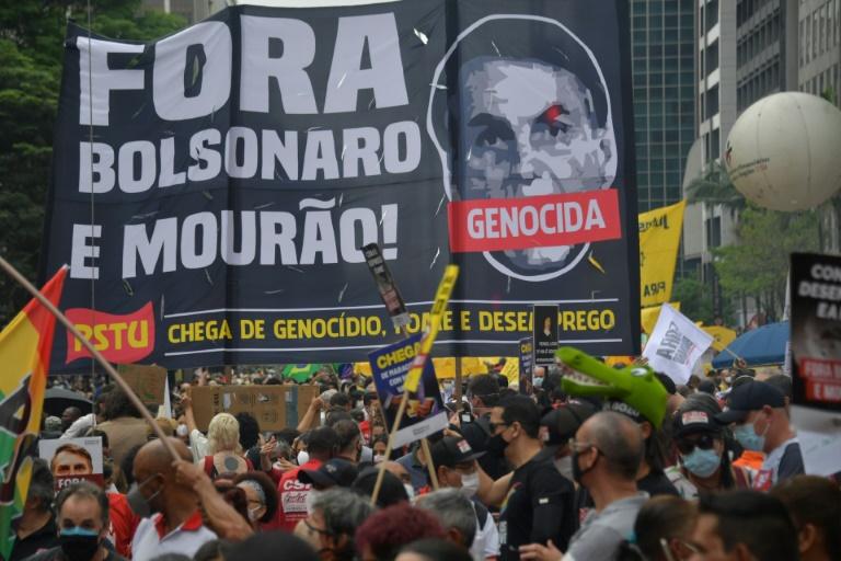 Centenas de manifestantes participam de um protesto contra o presidente Jair Bolsonaro, em São Paulo, em 2 de outubro de 2021