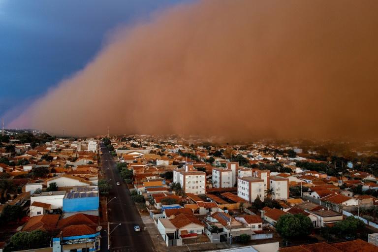 Uma enorme tempestade de poeira engole a localidade de Nossa Senhora do Carmo em Frutal, Minas Gerais, em 26 de setembro de 2021