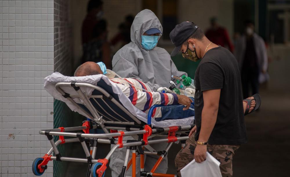 Paciente com Covid-19 é tratado no pátio do Hospital Vinte Oito de Agosto, em Manaus, enquanto aguarda vaga para internação