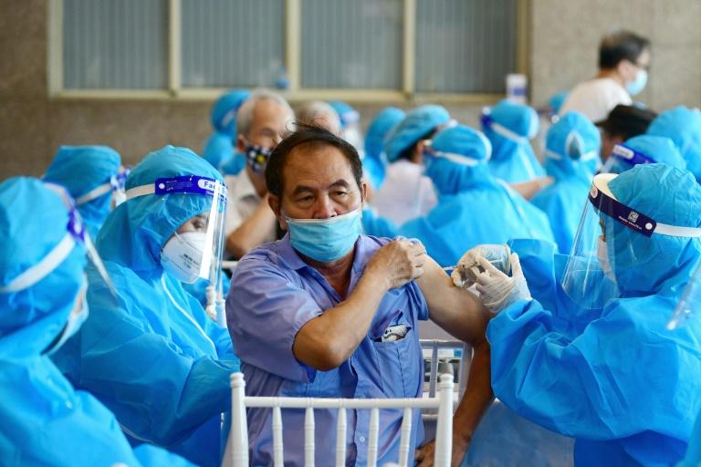 Homem recebe vacina da AstraZeneca contra a covid-19, em Hanói, em 10 set. 2021