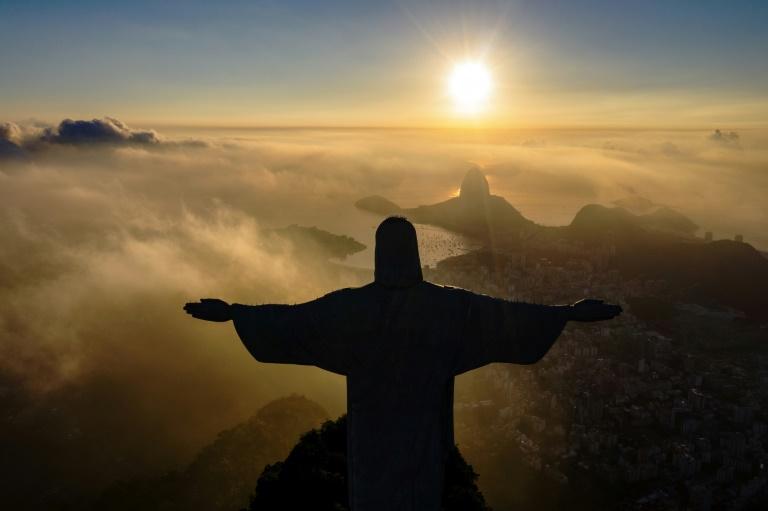Foto de arquivo de março de 2021 mostra o nascer do sol em frente ao Cristo Redentor, no Rio de Janeiro