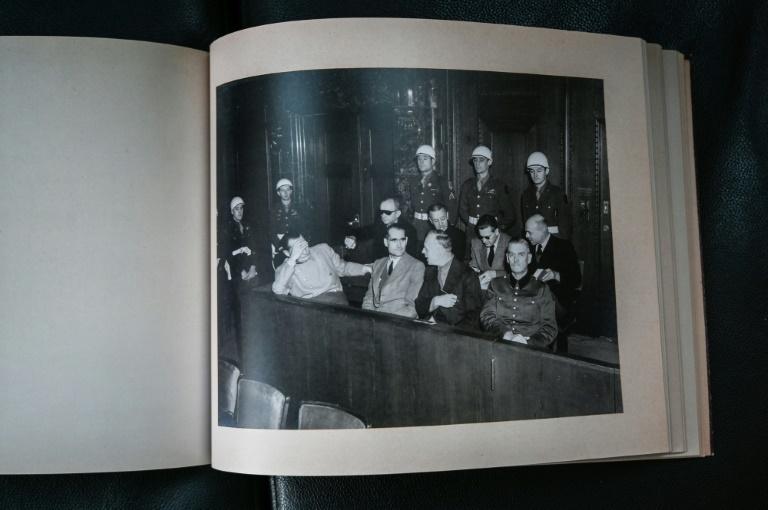Documento apresenta 121 imagens tiradas nos bastidores e durante as audiências