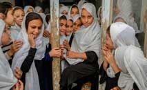 Jovens afegãs lamentam não poder frequentar as escolas: perigo de retrocesso (Bulent Kilic/AFP)