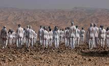 Centenas de pessoas nuas e pintadas de branco posam no Mar Morto para o fotógrafo americano Spencer Tunick (Menahem Kahana/AFP)