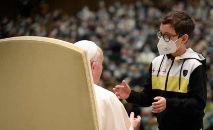 O garoto, de cerca de dez anos, aproximou-se de Francisco durante a saudação aos peregrinos para pedir-lhe o tradicional solidéu branco de seda (Reprodução Twitter / Vatican News)