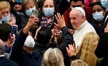 Fiéis assistem à audiência do papa Francisco na Praça de São Pedro, no Vaticano (AndreasSolaro/AFP)