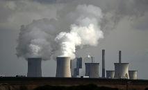 (Arquivo) Chaminés da central energética de carvão de Neurath estão a pleno vapor, em Garzweiler, no oeste da Alemanha, em 15 de março de 2021 (Ina Fassbender/AFP)