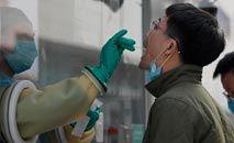 Morador é submetido a teste de Covid-19 em Pequim, após novos casos no país (Noel Celis/AFP)
