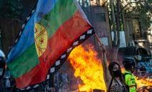 Manifestante exibe bandeira Mapuche durante protesto para marcar o segundo aniversário da onda de manifestações que sacudiu o Chile em 2019 (Martin Bernetti/AFP)
