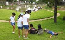 Crianças brincam em parque no Japão: melhoria cognitiva e de criatividade (Keitaro Ito/The Nature of Cities)