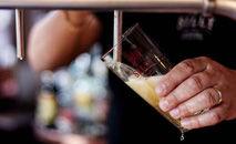 Cerca de dois milhões de idosos consomem várias doses em uma única ocasião (AFP)