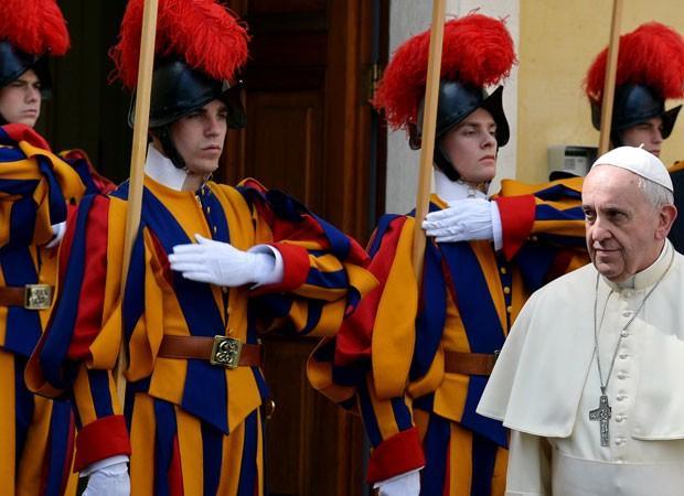 A onda de negacionismo não poupa nem o Vaticano de Francisco