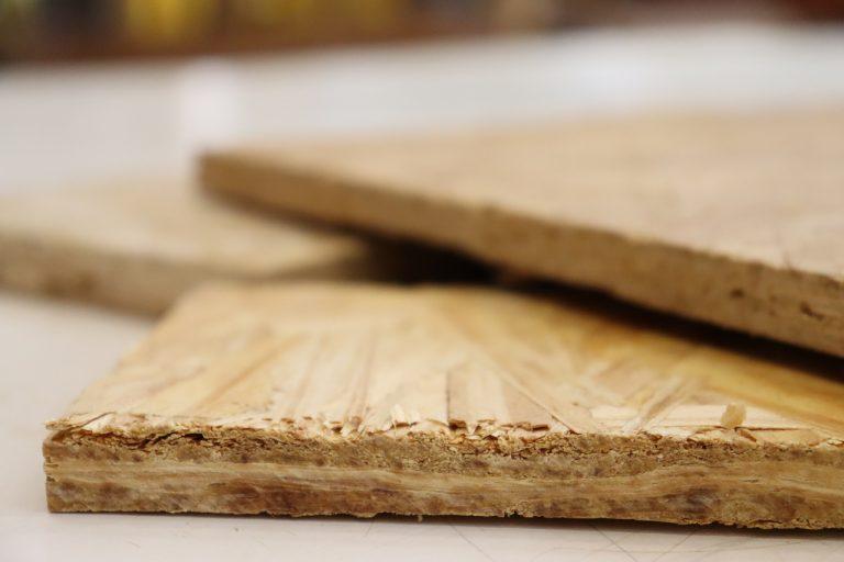 Resistentes, os painéis de lasca são compostos de várias camadas (Henrique Fontes/EESC/USP)