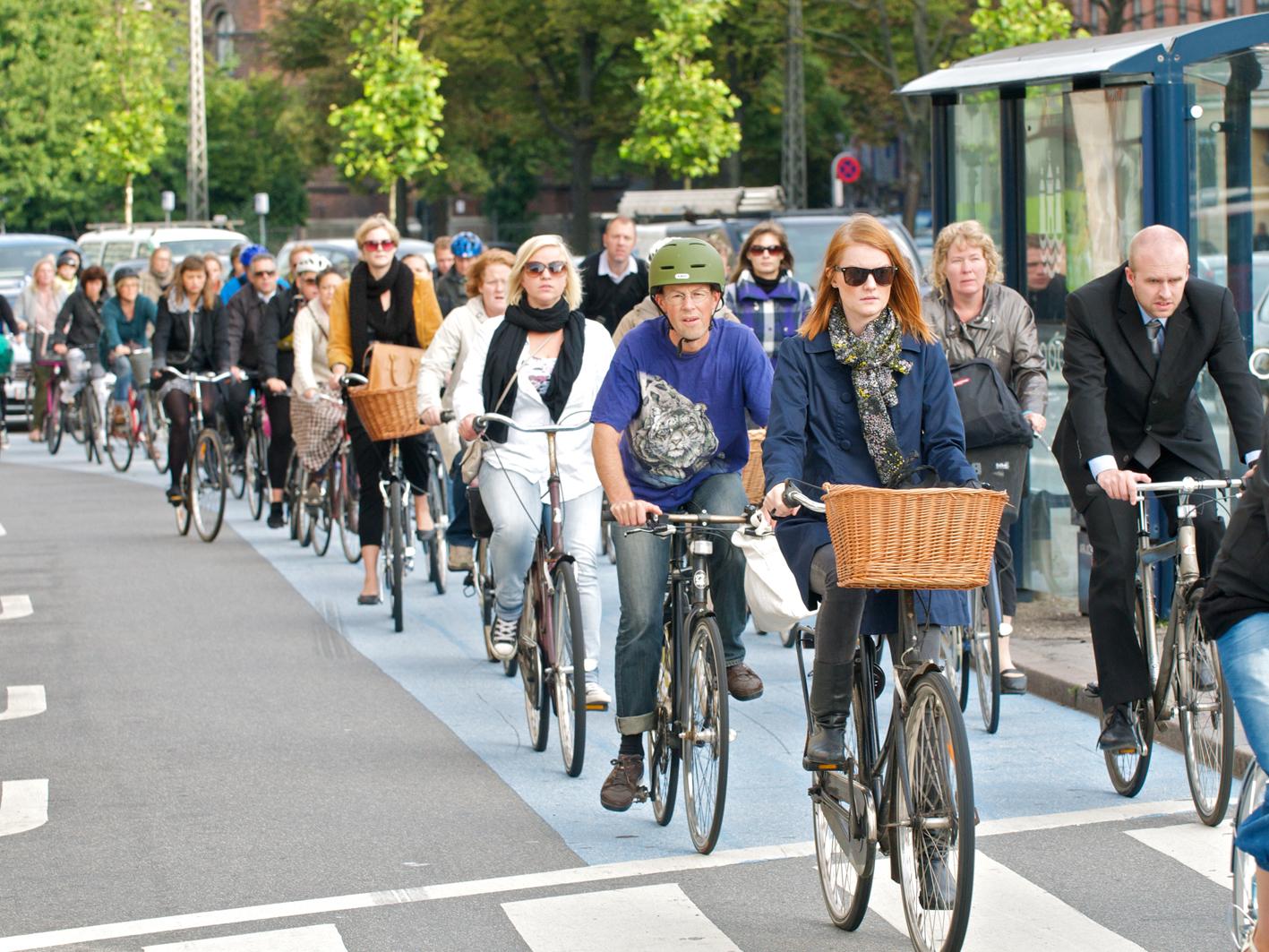 Em Copenhague e Amsterdã as pessoas vão de bicicleta para o trabalho