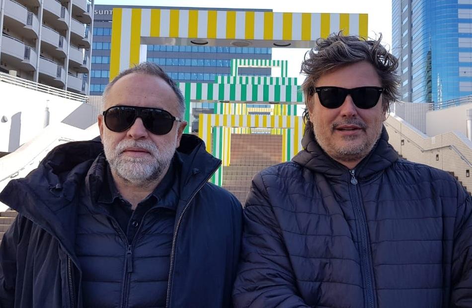 Karim Ainouz e Fabiano Gullane em Tóquio: pesquisa para locações de Favela High Tech