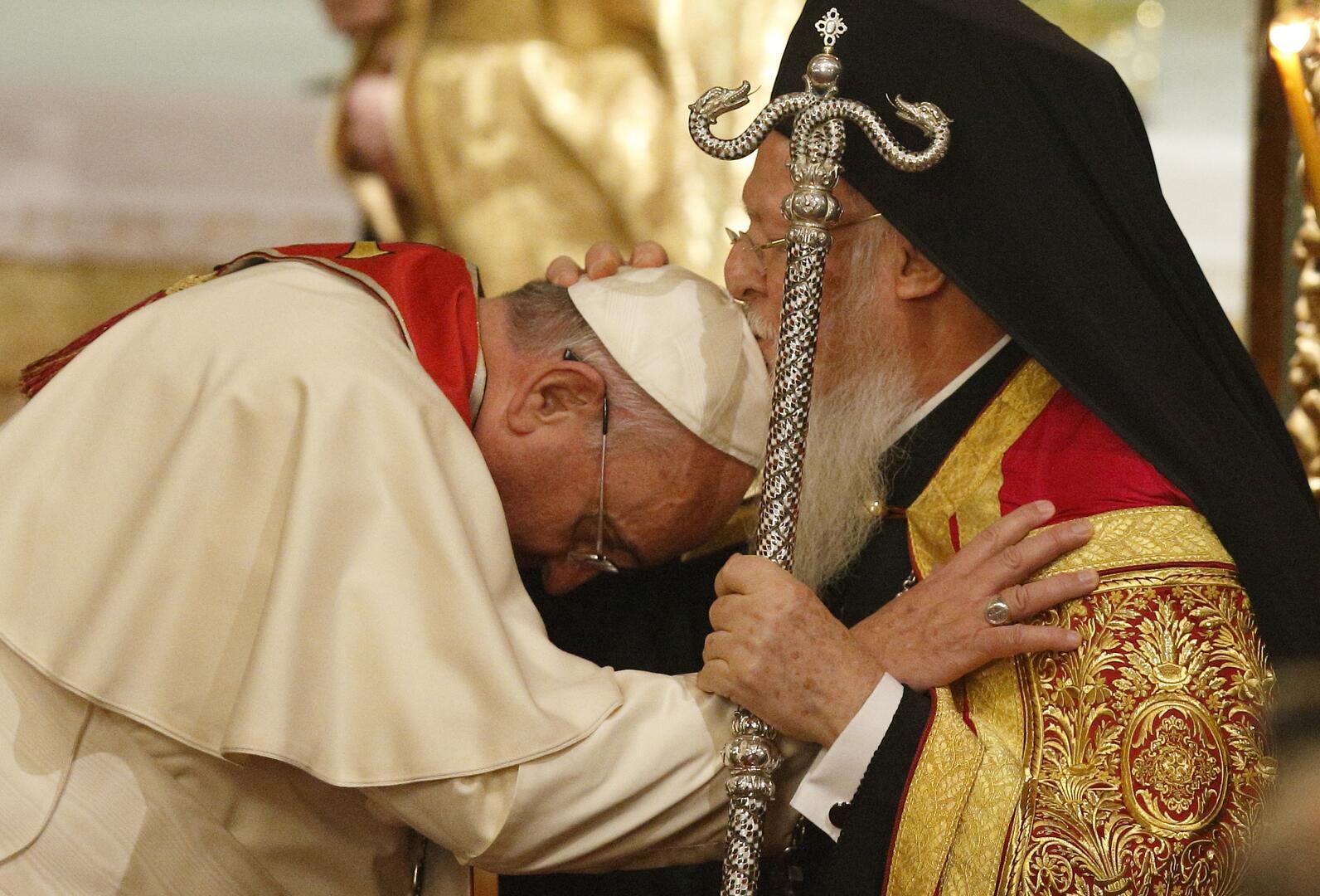 O patriarca ecumênico Bartolomeu de Constantinopla beija o Papa Francisco enquanto se abraçam durante um culto ecumênico de oração na Igreja patriarcal de São Jorge em Istambul, 29 de novembro de 2014 (Foto CNS/Paul Haring)