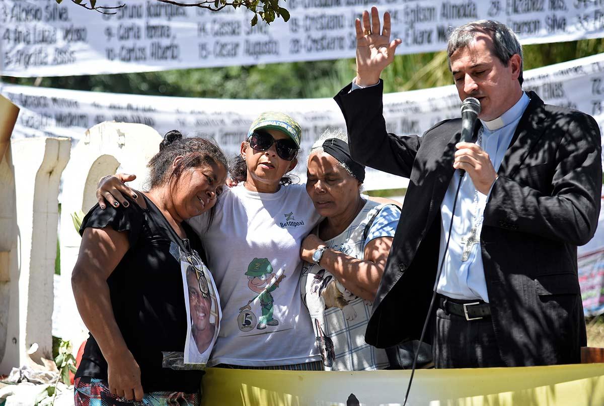 Dom Vicente Ferreira em oração por famílias de atingidos em Brumadinho (foto: Douglas Magno/AFP)