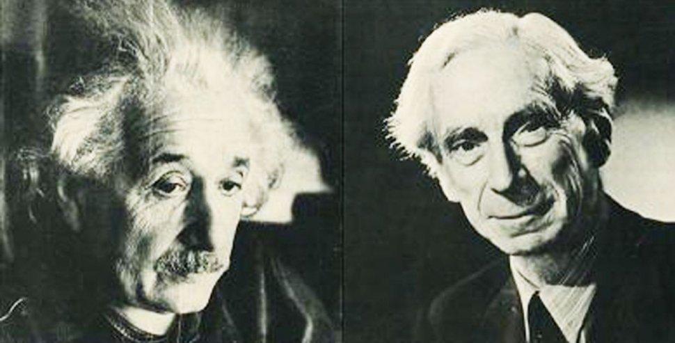 Russel ncabeçou um manifesto contra as armas nucleares assinado com Albert Einstein (esq)