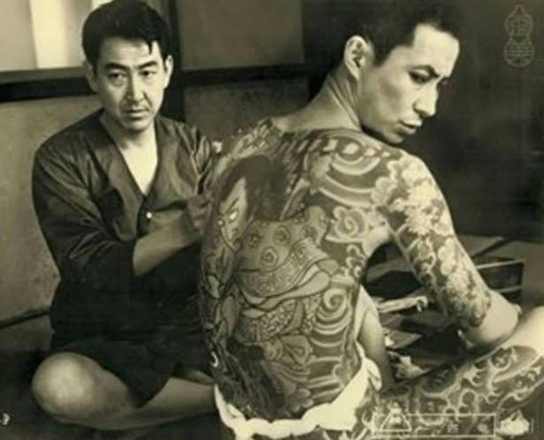 Sessão de tatuagem em Kabikicho, distrito da 'luz vermelha' de Tóquio.