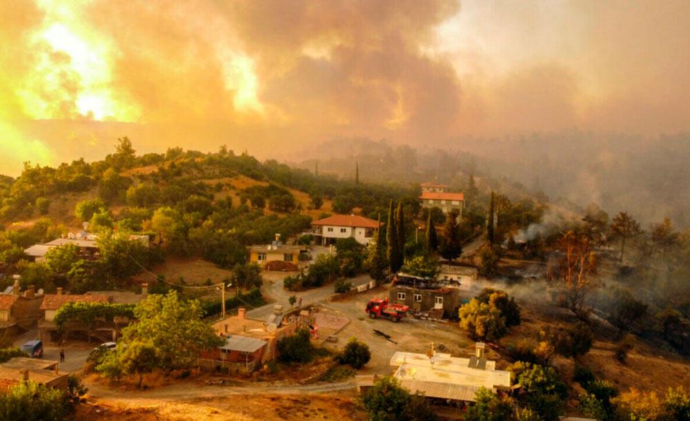 Incêndio consome florestas próximo à região de Manavgat, na Turquia (AFP)