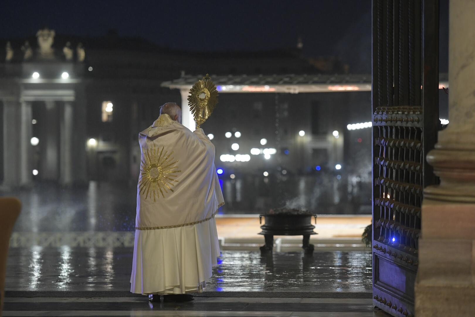 O papa Francisco segura a custódia enquanto entrega sua extraordinária bênção urbi et orbi (à cidade e ao mundo) durante um momento de oração no pórtico da Basílica de São Pedro no Vaticano em 27 de março de 2020 (CNS/Vatican Media)