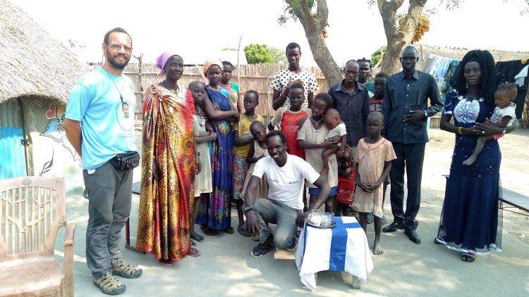 Pe. Christian Carlassare com a sua comunidade em Rumbek