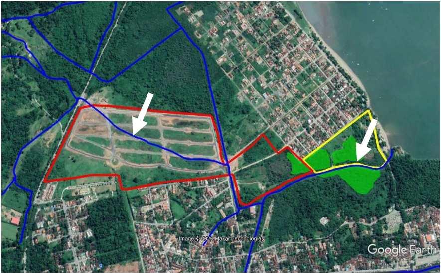 Localização esquemática dos empreendimentos Loteamento Porto das Canoas (vermelho) e Quinta dos Guaianases (amarelo). As linhas em azul representam os cursos d'água, as setas brancas indicam o traçado original do rio Jabaquara e a mancha verde representa a área de manguezal (MPRJ)
