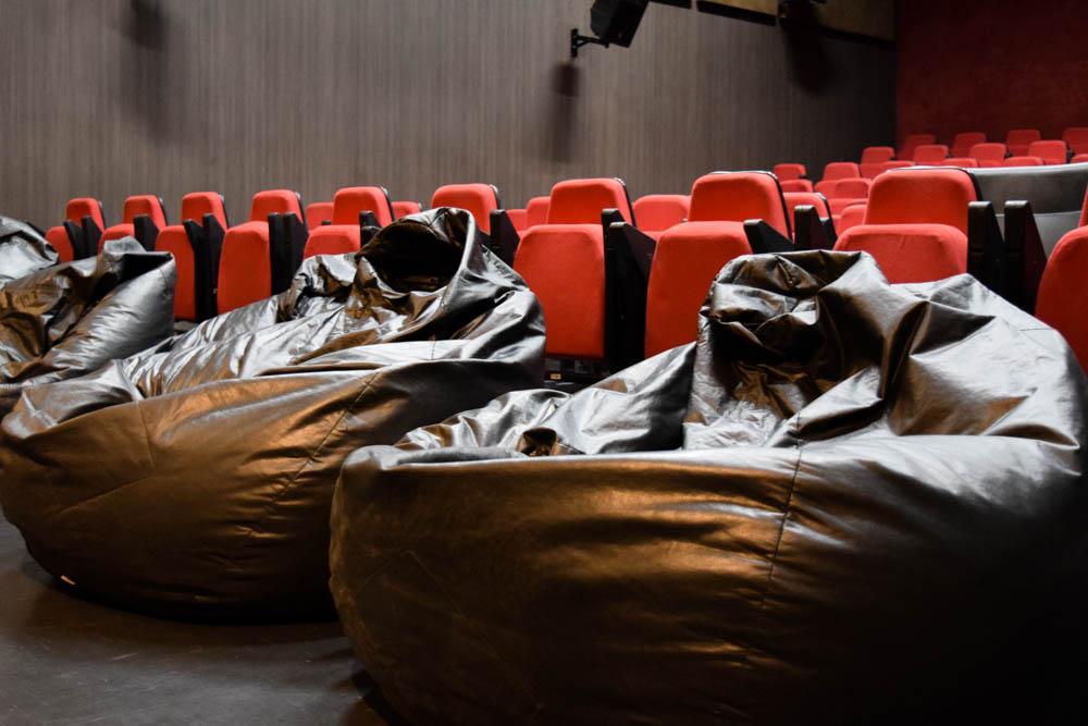 Os pufes da primeira fileira dão a sensação de cinema em casa.