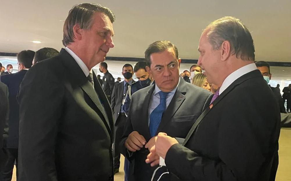 Durante evento no Palácio do Planalto, em 13 de julho, Bolsonaro recebe o empresário Marcos Tolentino (no centro) e deputado e líder do governo, Ricardo Barros (Reprodução/Twitter)