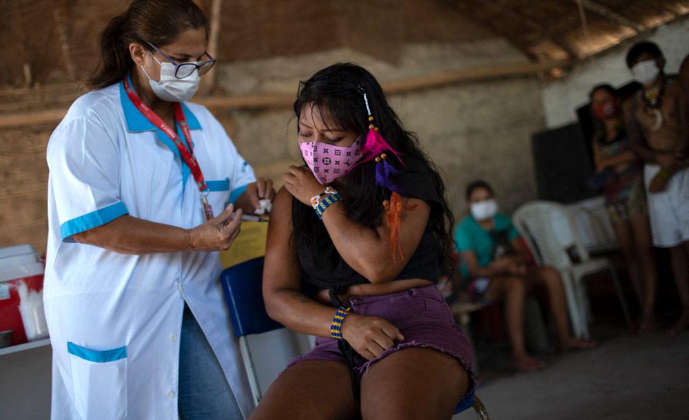 Índia guarani recebe primeira dose da vacina Coronavac, em Maricá, no Rio de Janeiro (Mauro Pimentel/AFP)