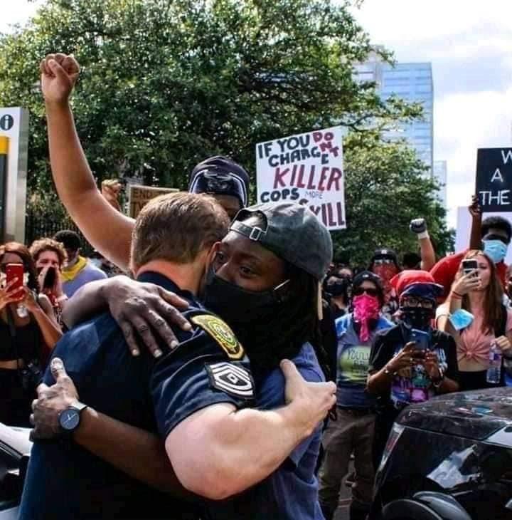 Solidariedade: policial branco abraça manifestante negra em Nova York