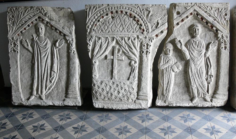 Um dos dois artefatos mais antigos para retratar pessoas no altar de uma igreja real; Segunda Hagia Sophia, Constantinopla, Frente de sarcófago de pedra, ca. 430