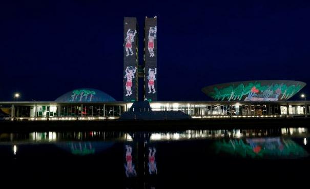 No dia em que foi entregue a petição ao Congresso, uma ação projetou desenhos dos xapiri no prédio (Agência Congresso)