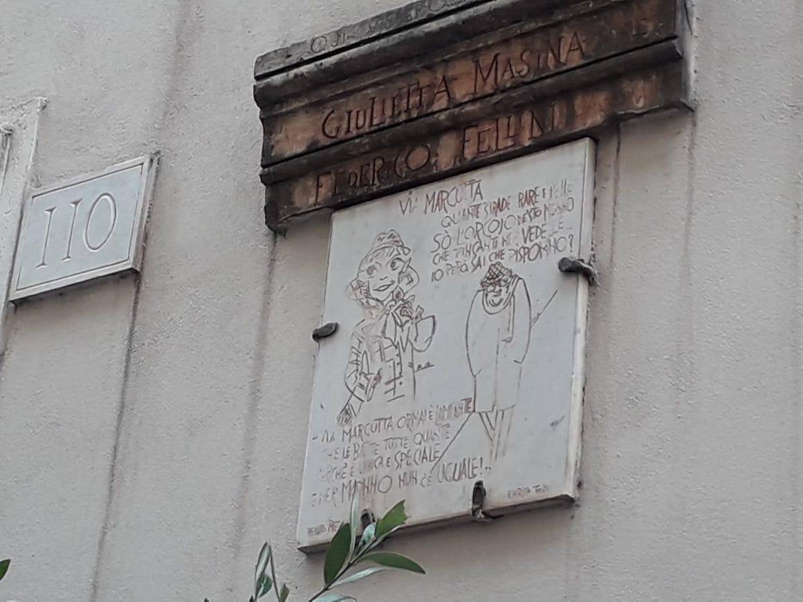 No número 110 da via Margutta, a casa de Federico Fellini e sua mulher Giulietta Masina.