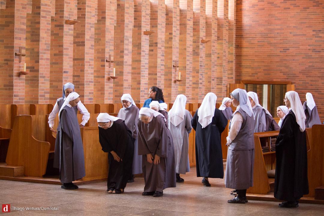 O templo, que pertence ao ramo feminino da Ordem de São Bento (OSB), abriga 47 monjas enclausuradas