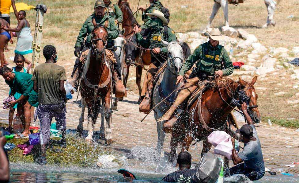 Patrulha de fronteira do Texas usa cavalos para reprimir haitianos que entram no país (AFP)