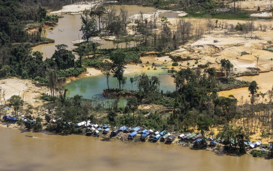 Vista aérea de garimpos ilegais na TI Yanomami, próximo à comunidade Ye´kwana, região Waikás | Rogério Assis - ISA