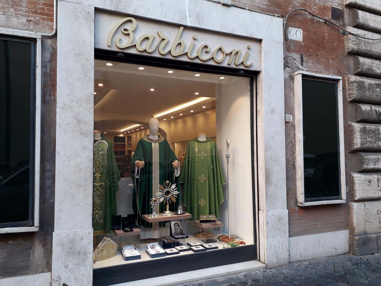 A poucos passos do Pantheon, a presença da Barbiconi, uma alfaiataria eclesiástica.