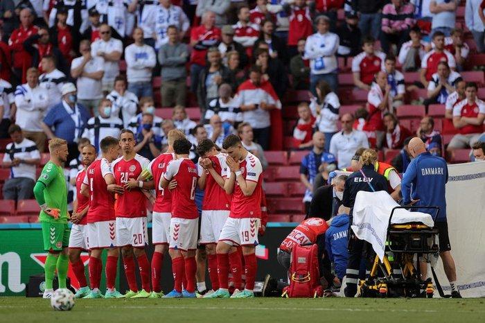 Jogadores choram e rezam durante atendimento (AFP)