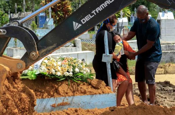 Enterro de Covid-19 no Cemitério Nossa Senhora Aparecida, em Manaus Marcio James/AFP
