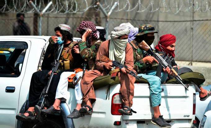 Integrantes do Talibã patrulham as ruas de Cabul: expectativa para novo governo (Wakil Kohsar/AFP)
