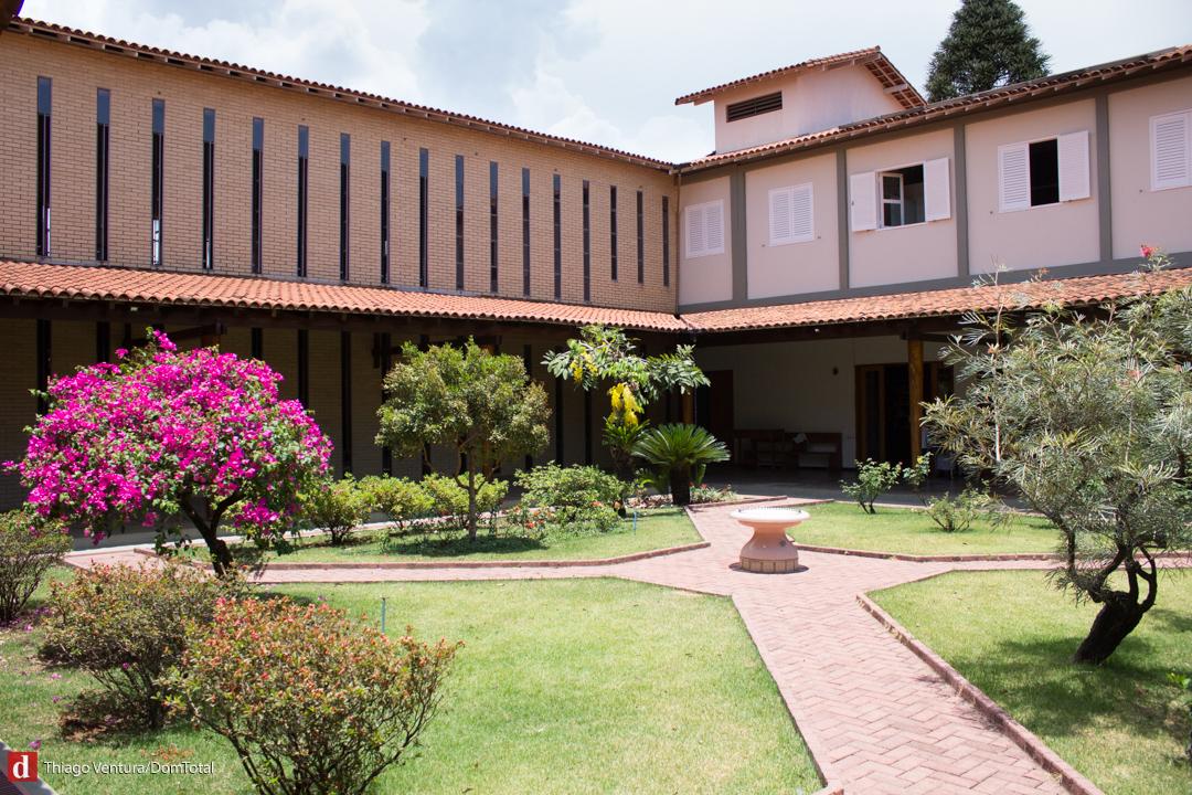 Mosteiro possui dois claustros que funcionam como jardim de meditação