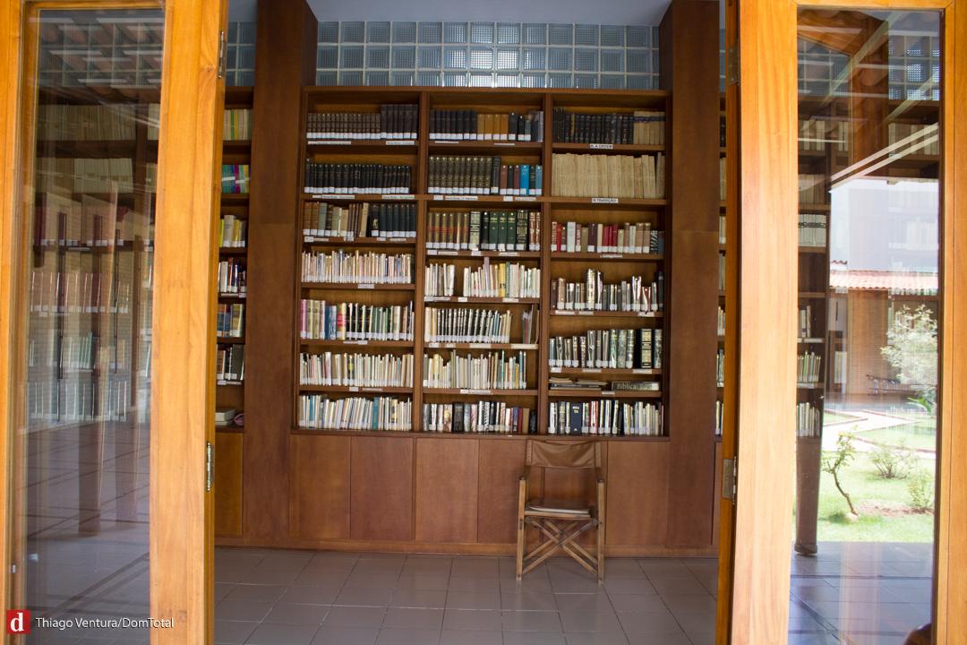 Biblioteca possui livros raros e as irmãs também fazem traduções de documentos
