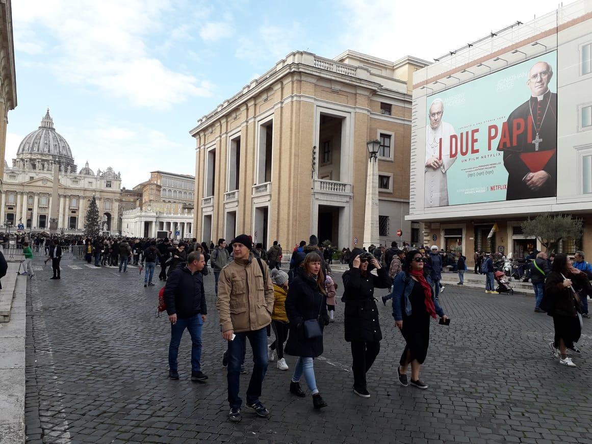 O cartaz do filme 'Dois Papas', na entrada do Vaticano (Foto Alexis Parrot)