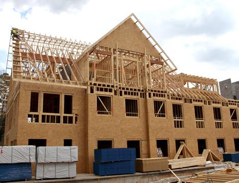 Painéis OSB sendo aplicados na construção de uma casa (Blog do Light Steel Frame)