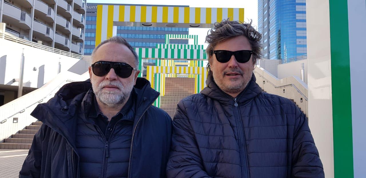 O diretor Karim Ainouz e o produtor Fabiano Gullane em visita a Tóquio, para pesquisa do filme (Gullane/Divulgação)