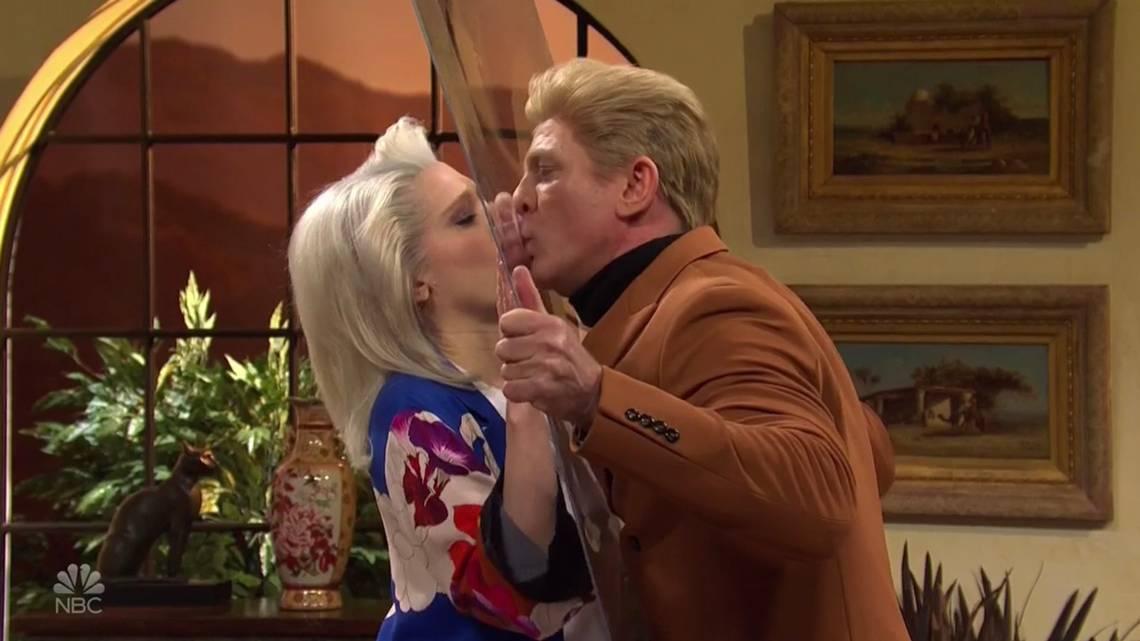Kate McKinnon e Daniel Craig na paródia da novela ´The Sands of Modesto´ em 7 de março de 2020, episódio do ´Saturday Night Live´ da NBC (Reprodução NBC)